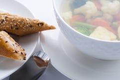 Plats chauds Potage aux légumes avec le chou-fleur, le brocoli, les carottes et le pain Photographie stock libre de droits