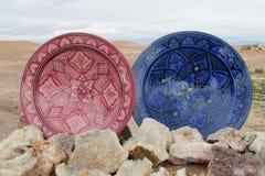 Plats colorés de souvenir et minerais en cristal Images stock