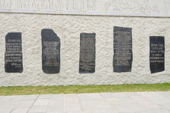 5 plats commémoratifs ont emmuré dans le mur du bas-relief monumental au complexe commémoratif historique Photo libre de droits