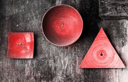 Plats décoratifs de diverses formes sur le vieux mur texturisé grunge La couleur de corail vivante de résumé a modifié la tonalit photographie stock