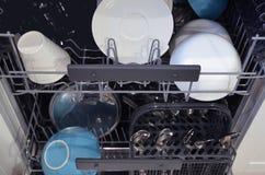 Plats dans un lave-vaisselle ouvert image photos libres de droits
