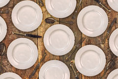 Plats de dîner de vintage, couteaux, fourchettes et cuillères sur une vieille table Images stock