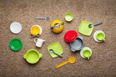 Plats de jouet pour enfants de différentes couleurs, jeu des cuisiniers Vue de ci-avant photo stock