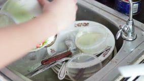 Plats de lavage dans la cuisine clips vidéos