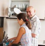 Plats de lavage de famille dans la cuisine à la maison photos libres de droits