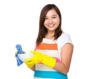 Plats de lavage de femme au foyer asiatique avec du chiffon photo stock