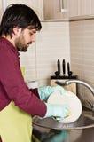 Plats de lavage de jeune homme Photos libres de droits