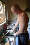 Plats de lavage de jeune homme photo libre de droits