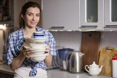 Plats de lavage de femme dans la cuisine Photographie stock libre de droits