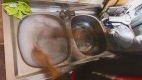 Plats de lavage de fille vus dans le laps de temps banque de vidéos