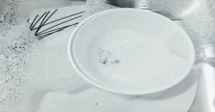 Plats de lavage, lave-vaisselle Articles de lavage de cuisine sur l'évier Image stock
