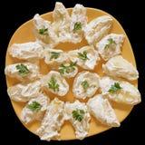 Plats de moitiés jaunes marinées de paprikas dans le habillage de crème sure Images stock
