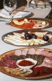 Plats de plateaux de jambon et de fromage grands images libres de droits