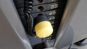 Plats de poids de gymnase avec la goupille jaune Image libre de droits