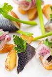 Plats de poisson froids - poissons avec la pomme de terre Photos stock