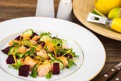 Plats de poisson, salade avec des saumons et betteraves Photo stock