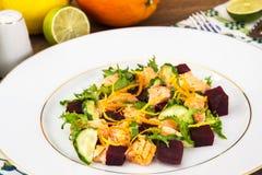 Plats de poisson, salade avec des saumons et betteraves Photographie stock