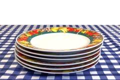 Plats de porcelaine dans la pile sur le Tableau de pique-nique d'isolement sur le blanc Photo libre de droits