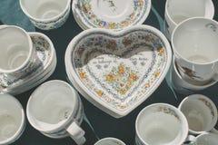 Plats de porcelaine, inscription au coeur images libres de droits