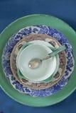 Plats de porcelaine sur un fond bleu de velours Photographie stock