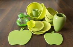 Plats de porcelaine verts sur un plancher en bois foncé Image stock