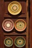 Plats de poterie dans le style oriental au stand en bois Photographie stock libre de droits