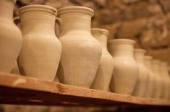 Plats de poterie sur des étagères Image stock