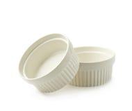 Plats de ramekin de soufflé de porcelaine d'isolement images stock
