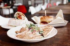 Plats de restaurant d'aliments de préparation rapide, modifiés la tonalité photo stock