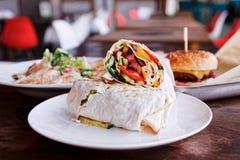 Plats de restaurant d'aliments de préparation rapide, modifiés la tonalité photographie stock libre de droits