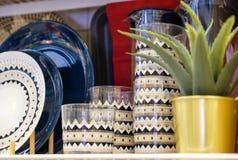 Plats de tasses de plats sur un support Lumière inférieure serviettes photographie stock
