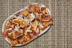 Plats de tranches de porc rôties par broche réglées sur Straw Place Mat Grunge Surface Photographie stock libre de droits