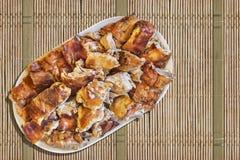 Plats de tranches de porc rôties par broche réglées sur Straw Place Mat Grunge Surface Image libre de droits