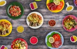 Plats de viande d'un plat salades d'un plat l'abondance de nourriture Images libres de droits