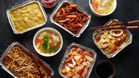 Plats ? emporter chinois Soupe ? boulette de Wonton de porc, poulet de boeuf, doux et aigre d?chiquet? croustillant d'ananas, nou photos stock