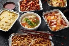 Plats ? emporter chinois Soupe ? boulette de Wonton de porc, poulet de boeuf, doux et aigre d?chiquet? croustillant d'ananas, nou photographie stock