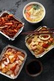 Plats ? emporter chinois Soupe ? boulette de Wonton de porc, poulet de boeuf, doux et aigre d?chiquet? croustillant d'ananas, nou photo stock