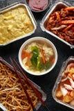Plats ? emporter chinois Soupe ? boulette de Wonton de porc, poulet de boeuf, doux et aigre d?chiquet? croustillant d'ananas, nou photo libre de droits