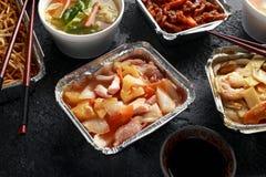 Plats ? emporter chinois Soupe ? boulette de Wonton de porc, poulet de boeuf, doux et aigre d?chiquet? croustillant d'ananas, nou image libre de droits