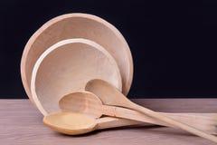 Plats en bois sur la table Image libre de droits