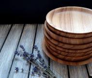 Plats en bois sur une table photos stock