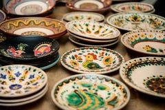 Plats en céramique avec différents modèles Image stock