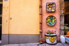 Plats en céramique décorés accrochant dehors sur le mur coloré photo libre de droits