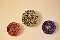 Plats en céramique décoratifs sur le mur beige Images libres de droits