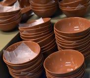 Plats en céramique de Brown empilés images libres de droits