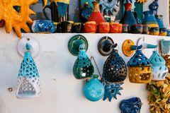 Plats en céramique peints par Crétois traditionnel photographie stock libre de droits