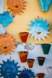 Plats en céramique peints par Crétois traditionnel photo libre de droits