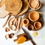 Plats et cire en bois photos stock