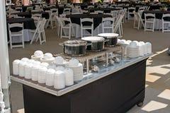 Plats et cuvettes sur la table de soupe Photographie stock