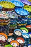 Plats et poterie colorés dans le bazar grand Photo stock